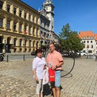 Lídr Radek Nejezchleb s předsedkyní Jč KV KSČM Alenou Nohavovou na prachatickém náměstí