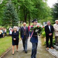 Delegace města Sezimovo Ústí v čle s panem starostou jde ke kladení jako poslední